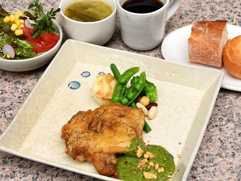 マテ茶鶏ソテー ジェノベーゼソース